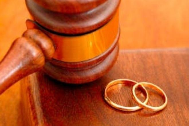 Составим соглашение о разделе имущества супруговЮридические консультации<br>Все мы много слышали о брачном договоре, но не многие заключали его. Наверное, из-за нашего национального менталитета, и стоимости данной услуги у нотариуса. Законодательством предусмотрен и другой способ раздела Вашего имущества как до заключения брака, так и во время брака. Это подписание Соглашения о разделе имущества супругов. Подписывается оно в простой письменной форме и имеет юридическую силу. Имея такое Соглашение, Вы можете переоформить квартиру, автомобиль, гараж, загородный домик в Росреестре. Установить, чьим имуществом, например, является квадрацикл или домашнее животное. Особенно актуален такой документ при расторжении брака, когда супруги, разделив имущество, в суде данный вопрос подробно не рассматривают. Вы заказываете Соглашение о разделе имущества супругов у нас, и не платите огромные деньги за ту же самую работу нотариусу.<br>
