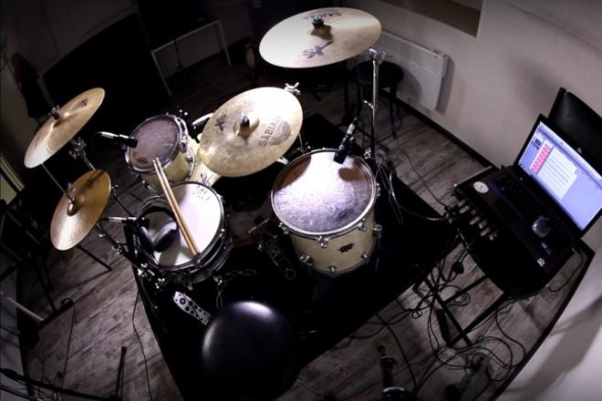 Сыграю и запишу готовую барабанную партию для вашего трекаМузыка и песни<br>В современной музыке всё чаще используют драм машины, сэмплы или электронные барабаны, но любой музыкант знает, как важно звучание настоящей акустической ударной установки. Живой музыкант никогда не может быть заменён компьютером, ведь только музыкант вносит в игру и запись свои эмоции и отдачу. Я занимаюсь созданием, снятием и проработкой партий ударных как для готовых треков, так и для треков, которые находятся в работе. Вы можете заказать профессиональную студийную запись партии с нуля и до готового продукта, содержащую дорожки тарелок и барабанов, подготовленную для сведения звукорежиссером. Если вам нужно придумать партию, перезаписать старую песню, записать ударные для репетиции без барабанщика, вы можете обратиться ко мне.<br>