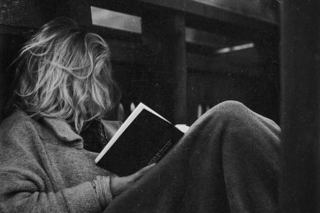 Напишу стих в стиле В. Полозковой или Ес СояСтихи, рассказы, сказки<br>Хочешь уникальное стихотворение в современном стиле, без замыленных рифм и фразочек аля счастья-здоровья? Стихотворение, которое станет своего рода мантрой, которое захочется зазубрить из-за чувств, возбуждаемых редкими метафорами и необычными образы? Хочешь, что-то вроде такого: твои губы – почти ириски, карамельки /как в детстве/ «взлёт». моё сердце в твоём виски – битый лёд. `мы` - как лето, когда-то кончится, но не умрёт.  или такого: если будешь ты, если будет дождь, я забуду зонт, потеряю в сумке, потеряюсь в сутках, как ты уйдешь за две тысячи миль от меня с прогулки. почитай мне вслух кучерявых туч, тех, что тушат города пыльный привкус. звук грозы язвителен и певуч и вселяет в душу надежды вирус. &amp;lt; ... &amp;gt;  ? Тогда ты обратился по адресу, дорогой друг ; )<br>