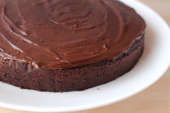 Теплый шоколадный торт. РецептРецепты<br>Вы когда ни будь пробовали теплый торт? Обычно к чаю подаются холодные десерты с кремом. Представляем вашему вниманию теплый шоколадный торт, который подают к столу в разогретом виде, что придает ему особенный вкус тающего во рту шоколада.<br>