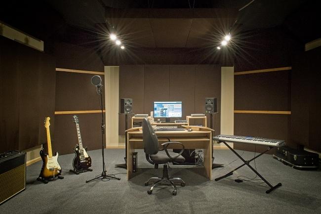 Качественная работа со звукомРедактирование аудио<br>Профессиональная студия оказывает широкий спектр услуг: - сведение и мастеринг звукозаписей; - тональная и ритмическая коррекция вокала (тюнинг голоса); - обработка голоса, инструментов, возможны любого рода эффекты; - конвертация аудиофайла в необходимый формат; - удаление шумов, щелчков из аудиофайла; - склейка и подрезка аудиозаписей; - запись акустической гитары, электрогитары; - консультирование по любым вопросам связанных со звукозаписью, работой со звуком. Студия занимается исключительно работой со звуком, а следовательно имеет весомый опыт в этой области. Работа происходит в специально подготовленном помещении, которое позволяет услышать любые детали в звуке.<br>